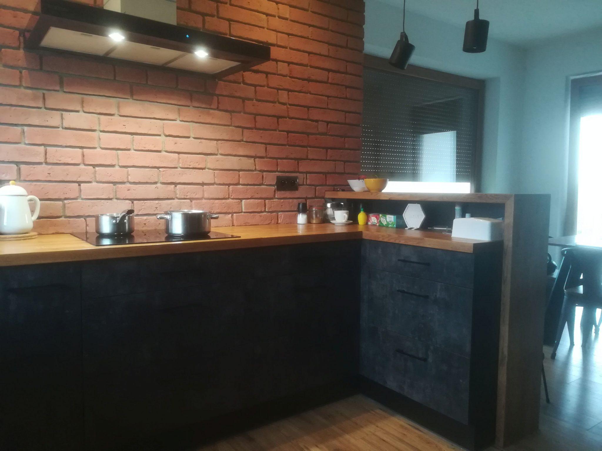 Sekwoja Dębica - Kuchnia z ceglaną ścianą nad blatem kuchennym