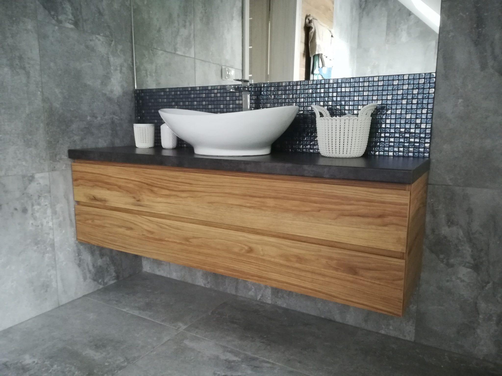 Sekwoja Dębica - Szary gres i drewno w łazience to para idealna