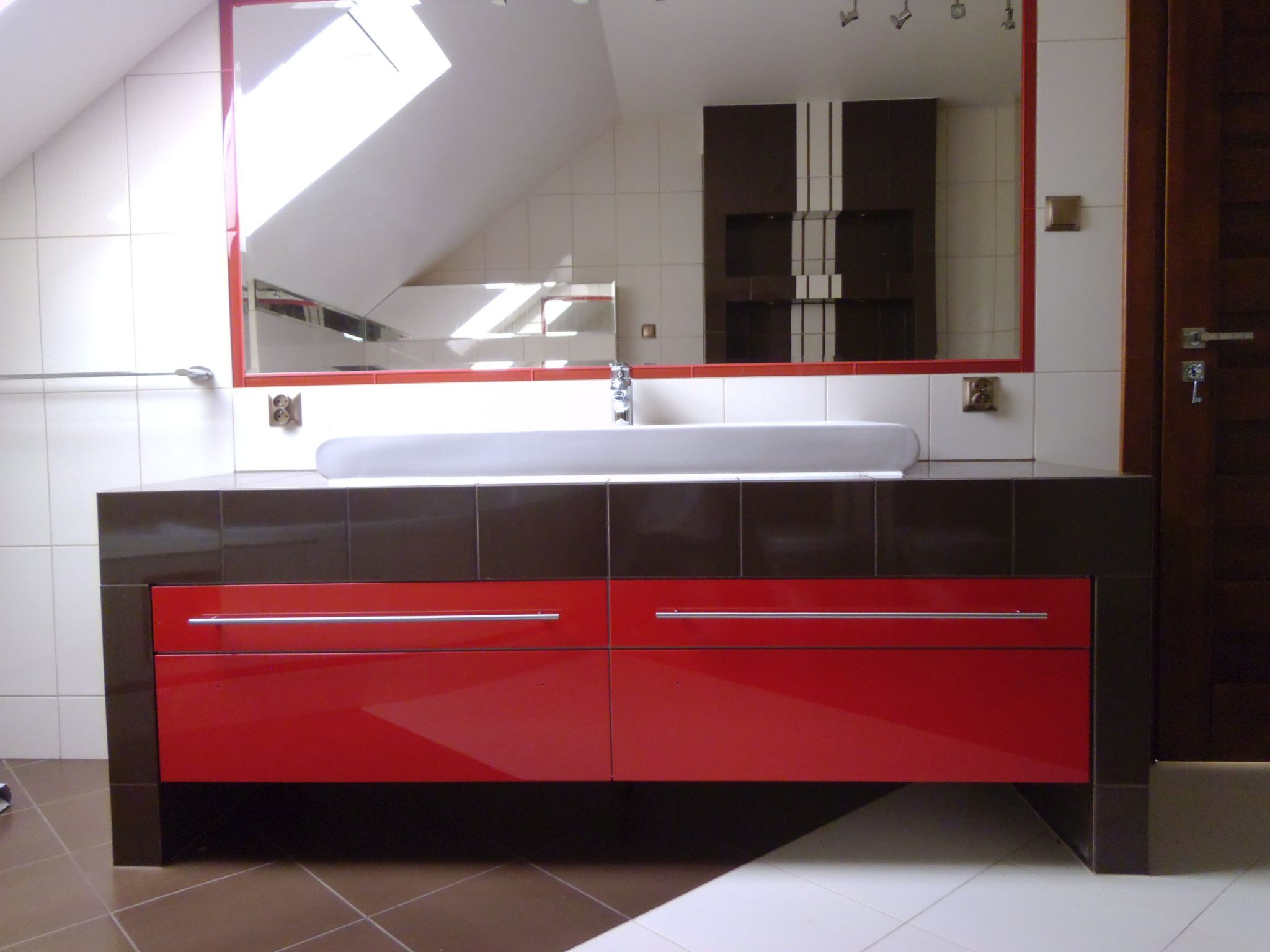 Sekwoja Dębica - Meble łazienkowe w kolorze czerwonym