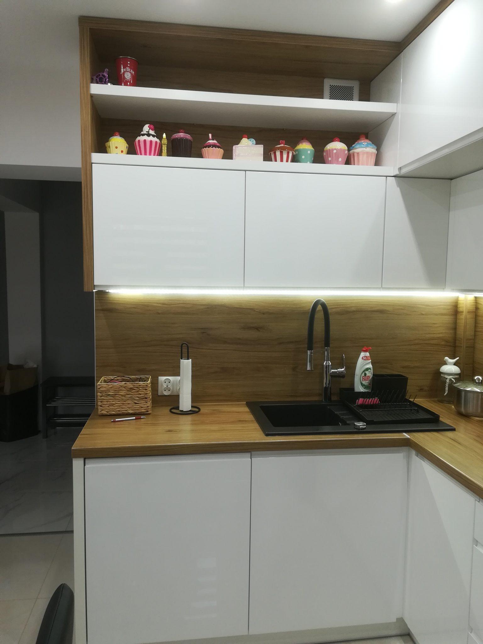 Sekwoja Dębica - Kuchnia w klasycznej bieli z dodatkami drewna