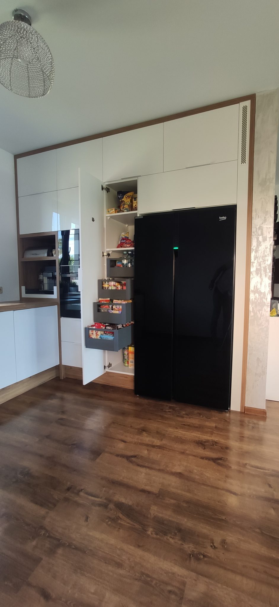 Sekwoja Dębica - Nowoczesna kuchnia – biały akryl połysk z dodatkiem drewna