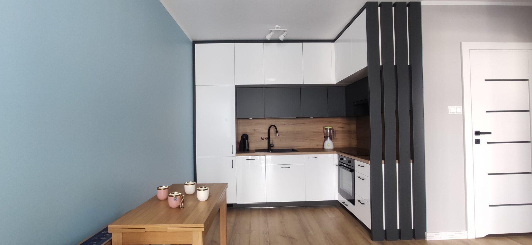 Sekwoja Dębica - Biała kuchnia w apartamencie z loftowym dodatkiem antaracytu i drewna